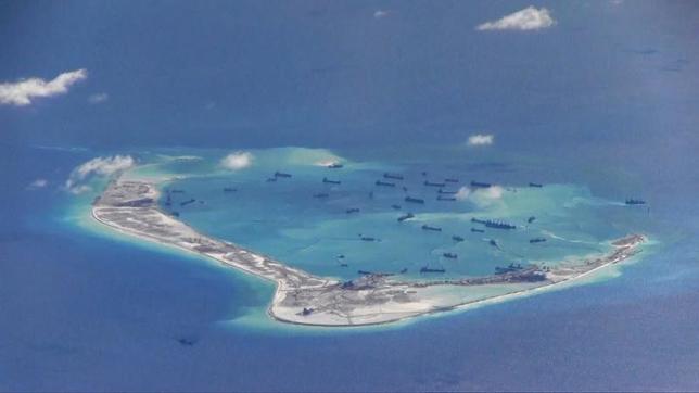7月12日、オランダ・ハーグの仲裁裁判所は、中国が南シナ海で主権が及ぶと主張している境界線「九段線」について、同海域内の資源に対する歴史的な権利を主張する法的な根拠はないとの判断を下した。写真は南沙諸島の中国埋立地。米海軍提供。昨年5月撮影(2016年 ロイター)