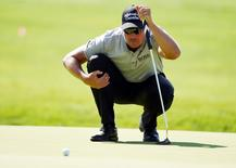 Jun 17, 2016; Oakmont, PA, USA; Henrik Stenson lines up a putt on the 1st green during the second round of the U.S. Open golf tournament at Oakmont Country Club. Mandatory Credit: Kyle Terada-USA TODAY Sports