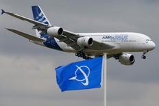 Un avión Airbus A380 aterriza en el aeropuerto de Le Bourget, cerca de París. 18 de junio de 2015. Airbus bajó el martes su objetivo de entregas del avión gigante A380 a 12 por año a partir de 2018, menos que las 27 de 2015 y cerca de la mitad de lo que anticipa para este año. REUTERS/Pascal Rossignol
