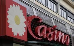 Casino affiche un chiffre d'affaires en hausse au deuxième trimestre en données organiques, grâce à une accélération au Brésil qui a compensé un ralentissement de sa dynamique en France. /Photo d'archives/REUTERS/Jacky Naegelen