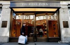 Человек проходит мимо магазина Burberry в Лондоне 15 июля 2008 года. Burberry отчиталась о падении сопоставимых продаж на 3,0 процента в первом квартале, что усложнит задачи Марко Гоббетти, который сменит на посту главу компании Кристофера Бейли в следующем году. REUTERS/Alessia Pierdomenico/File Photo
