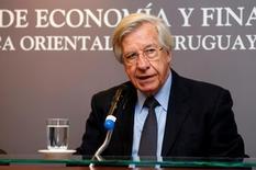 El ministro de Economía de Uruguay, Danilo Astori, habla con la prensa en sede del organismo en Montevideo. 13 de julio de 2016. Uruguay colocó el miércoles la reapertura de dos bonos al 2027 y el 2050 por casi 1.150 millones de dólares con una demanda que superó en casi cinco veces a la oferta, anunció el ministro de Economía, Danilo Astori. REUTERS/Andres Stapff