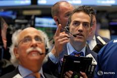 Трейдеры на торгах Нью-Йоркской фондовой биржи 13 июля 2016 года. Акции США незначительно выросли в среду, однако подъем был достаточным, чтобы S&P 500 и Dow достигли рекордных пиков, в то время как инвесторы ожидали, что хорошие отчеты компаний позволят ралли продолжиться. REUTERS/Brendan McDermid