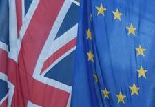 Bandeira britânica ao lado de bandeira da União Europeia vistas em Londres.    24/06/2016    REUTERS/Toby Melville/File Photo