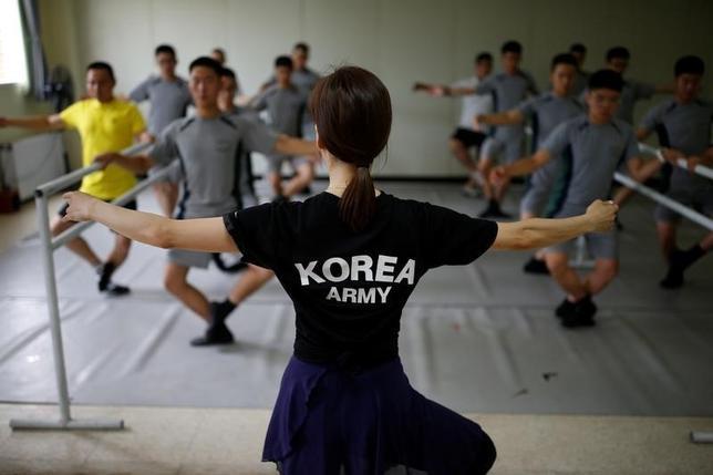 7月14日、朝鮮半島の南北軍事境界線に近い非武装地帯(DMZ)。ここで警備の任務に就いている韓国軍兵士には常に、激しい緊張状態を強いられるが、昨年から訓練にクラシックバレエを取り入れている。13日撮影(2016年 ロイター/Kim Hong-Ji)
