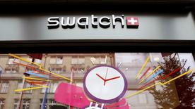 Swatch Group, el mayor fabricante de relojes del mundo, advirtió a los inversores de que su beneficio se reduciría al menos a la mitad en el primer semestre del año al bajar las ventas en Hong Kong y Europa, hundiendo sus acciones casi un 12 por ciento. En la imagen, el logo del grupo suizo en la calle Bahnhofstrasse de Zurich, el 15 de julio de 2016.  REUTERS/Arnd Wiegmann