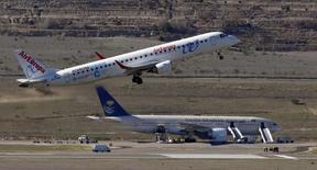 Los pilotos de Air Europa irán a la huelga del 30 de julio al 2 de agosto, en protesta por la cesión de medios a una aerolínea externa, Aernova, entre otros motivos, informó el viernes el sindicato de pilotos Sepla. En la imagen de archivo, un avión de Air Europa despega junto a otro de Saudi Arabian Airlines en el aeropuertode Madrid. REUTERS/Sergio Pérez