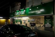 Pénalisées par l'attentat à Nice, les valeurs liées au tourisme et au transport comme Europcar (-3,36%) sont en baisse à la mi-séance. /Photo d'archives/REUTERS/Philippe Wojazer