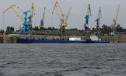 Вид на Лесосибирский порт на реке Енисей. 12 июля 2016 года. Промышленное производство РФ в июне 2016 года выросло на 1,7 процента в годовом выражении, и на 0,3 процента к предыдущему месяцу с исключением сезонного и календарного факторов, сообщил Росстат. REUTERS/Ilya Naymushin