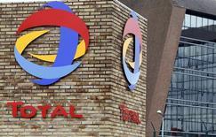Total, qui détiendra 90,14% du capital de Saft Groupe à l'issue de son OPA sur le spécialiste des batteries de haute technologie pour l'industrie, à suivre mardi à la Bourse de Paris. /Photo d'archives/REUTERS/Régis Duvignau