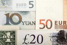 """Фрагменты банкнот китайского юаня, доллара США, евро, британского фунта. 25 января 2011 года. Доллар подешевел к иене во вторник, так как инвесторы фиксировали прибыль после недавнего ралли, в то время как """"киви"""" ослаб из-за ожиданий снижения ставок центробанком Новой Зеландии в августе. REUTERS/Kacper Pempel/Illustration/File Photo"""