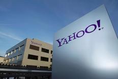 Логотип Yahoo у здания в швейцарском городе Роль. 12 декабря 2012 года. Квартальная прибыль Yahoo Inc, нынешний отчет которой может стать последним перед продажей ключевого бизнеса, недотянула до прогнозов рынка в понедельник. REUTERS/Denis Balibouse/File photo