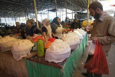 Рынок в Душанбе. 1 ноября 2013 года. Рост экономики Таджикистана в первой половине 2016 года ускорился до 6,6 процента с 6,4 процента годом ранее, сообщило статагентство во вторник. REUTERS/Nozim Kalandarov