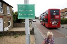 Accionistas en el aeropuerto de Heathrow de Londres están dispuestos a invertir 16.000 millones de libras (21.000 millones de dólares) si el gobierno lo elige como el emplazamiento para ampliar la capacidad aeroportuaria de la capital británica, dijo el lunes uno de los inversores en una carta dirigida a la nueva primera ministra Theresa May, En la imagen, un cartel contrario al proyecto de expansión de Heathrow en Londres, el 1 de julio de, 2015. REUTERS/Peter Nicholls