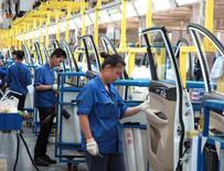 Empleados trabajando en la línea de producción de una fábrica en Liuzhou, China. 19 de junio de 2016. El Fondo Monetario Internacional recortó el martes su proyección del crecimiento económico global para los próximos dos años, citando la incertidumbre generada por la inminente salida de Reino Unido de la Unión Europea. REUTERS/Norihiko Shirouzu