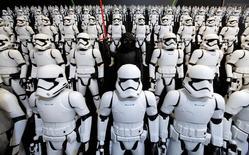 """En la imagen, figuras de  Kylo Ren (cenntro) y  soldados imperiales en una feria de juguetes de Tokio, el 9 de enero de 2016. La esperada película """"La guerra de las galaxias: Episodio VIII"""" iniciará en la escena final de """"El despertar de la fuerza"""", dijo el director del filme a los aficionados de la saga durante un evento especial, en tanto, se presentó al actor que encarnará a Han Solo en una cinta dedicada al amado personaje. REUTERS/Toru Hanai"""