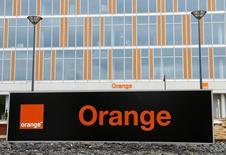 Orange, qui a conclu le rachat de l'opérateur mobile Airtel en Sierra Leone, filiale de Bharti Airtel International, à suivre mercredi à la Bourse de Paris. /Photo d'archives/REUTERS/François Lenoir