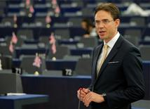 """La Comisión Europea dijo el miércoles que propondrá cambiar la forma en la que calcula el """"dumping"""" y las subvenciones desleales en respuesta a la petición de China de que sea tratada como una economía de mercado normal a finales de año.  En la imagen, el vicepresidente de la Comisión Europea, Jyrki Katainen, en un debate en el Parlamento Europeo en Estrasburgo, Francia, el 8 de junio de 2016. REUTERS/Vincent Kessler"""