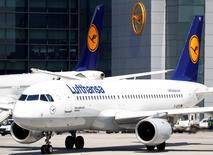 """Lufthansa a abaissé mercredi sa prévision de profits pour l'exercice en cours en raison d'une baisse significative des réservations de vols vers l'Europe liée """"aux attaques terroristes en Europe et à une plus grande incertitude politique et économique"""". /Photo prise le 7 juin 2016/REUTERS/Kai Pfaffenbach"""