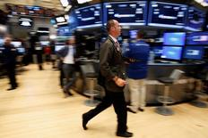 Трейдеры на фондовой бирже в Нью-Йорке. 20 июля 2016 года. Уолл-стрит завершила торги среды в плюсе, при этом индексы S&P 500 и Dow обновили рекорды благодаря оптимистичным квартальным результатам Microsoft, поддержавшим индексы и позволившим предположить, что сезон корпоративной отчётности в США может быть не таким плохим, как ожидалось. REUTERS/Brendan McDermid