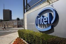 Intel Corp registró el miércoles ingresos menores a los esperados, porque las sólidas ventas de sus microprocesadores para centros de datos y dispositivos que se conectan a internet no pudieron contrarrestar la prolongada caída en la demanda de microchips para ordenadores personales. En la imagen, el logotipo de Intel, el mayo rfabricante de chips del mundo en Jerusalén, el 20 de abril de 2016. REUTERS/Ronen Zvulun/File Photo