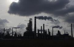НПЗ компании Sinopec в Циндао. 9 февраля 2014 года. Саудовская Аравия, крупнейший в мире экспортер нефти, снова стала ведущим поставщиком черного золота в Китай в июне, опередив Россию, удерживавшую лидерство на протяжении трех месяцев, показали данные таможенного ведомства в четверг. REUTERS/China Daily