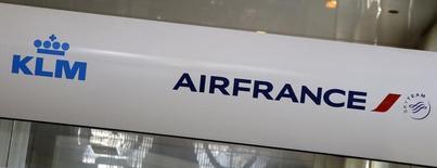 Le secteur aérien pâtit des attentats en Europe et Air France-KLM (-4,4%) signe la plus forte baisse du SBF 120 jeudi à la Bourse de Paris à mi-séance. /Photo prise le 4 mars 2016/REUTERS/Jacky Naegelen