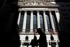 Wall Street a ouvert sur une note hésitante jeudi, des résultats de sociétés mitigés incitant les investisseurs à la prudence après les records atteints la veille par le Dow Jones et le Standard & Poor's 500. /Photo prise le 11 juillet 2016/REUTERS/Brendan McDermid