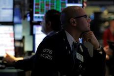 Wall Street hésite vendredi en ouverture de la dernière séance de la semaine. Quelques minutes après le début des échanges, le Dow Jones cède 0,03% à 18.512,85 points. Le Standard & Poor's 500 laisse 0,04%, tandis que le Nasdaq recule de 0,09%. /Photo prise le 21 juillet 2016/REUTERS/Brendan McDermid
