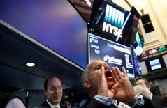 Wall Street clôture en hausse vendredi. Le Dow Jones prend 0.27%. /Photo prise le 21 juillet 2016/REUTERS/Brendan McDermid