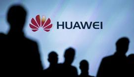 """Логотип Huawei на презентации нового смартфона в Берлине. Китайская Huawei Technologies Co Ltd, одна из крупнейших в мире компаний по производству телекоммуникационного оборудования, сообщила о росте выручки от продаж на 40 процентов в первом полугодии и подтвердила, что намерена """"сохранять текущую динамику"""" в 2016 году.  REUTERS/Hannibal Hanschke/File Photo"""