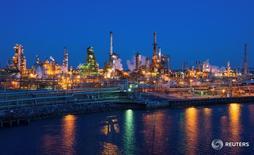 НПЗ в Филадельфии. 26 марта 2014 года. Цены на нефть держатся вблизи двухмесячных минимумов в понедельник из-за беспокойств, что переизбыток нефти и нефтепродуктов на мировом рынке продолжит оказывать давление на цены ещё какое-то время. REUTERS/David M. Parrott/File Photo