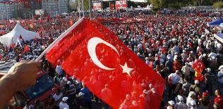 Стороники разных политических партий на площади Таксим в Стамбуле во время митинга. Власти Турции в понедельник выдали ордера на задержание 42 журналистов, сообщил частный телеканал NTV. Это событие стало очередной мерой властей в условиях усиливающихся чисток, последовавших за неудачной попыткой военного переворота. REUTERS/Osman Orsal
