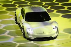 Le concept car de la Mission E présenté à Francfort. Porsche va créer plus de 1.400 postes pour produire sa voiture de sport toute électrique. /Photo d'archives/REUTERS/Kai Pfaffenbach