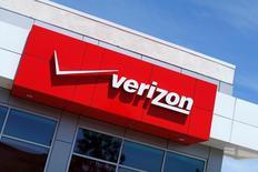 Verizon Communications, le premier opérateur de téléphonie mobile aux Etats-Unis, annonce un recul plus important que prévu de son chiffre d'affaires au deuxième trimestre et une forte baisse de son bénéfice qui, hors éléments exceptionnels, ressort toutefois au-dessus des estimations des analystes. /Photo d'archives/REUTERS/Mike Blake