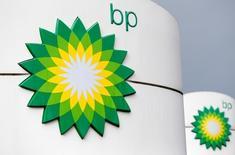 Logos de BP en una gasolinera en Moscú, Rusia. 4 de julio de 2016. La petrolera británica BP reportó una ganancia inferior que la prevista en el segundo trimestre por la debilidad en los márgenes de refino y en los precios del crudo, lo que provocó un nuevo recorte a su presupuesto de inversión para el 2016. REUTERS/Sergei Karpukhin