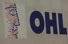 El logo de la firma constructora OHL en Madrid, mar 9, 2016. El fondo de inversión IFM Global Infrastructure Fund está negociando con la constructora OHL lanzar una OPA de exclusión por la filial OHL México, una operación que se dirigiría de facto al 44 por ciento del capital que no está en manos del grupo español, dijo una fuente cercana a la operación.  REUTERS/Sergio Perez