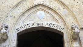 Banca Monte dei Paschi di Siena préparerait une augmentation de capital de cinq milliards d'euros dans le cadre de ses efforts pour redresser son bilan. La troisième banque italienne cherche à réunir un syndicat bancaire pour garantir la levée de fonds d'ici vendredi. /Photo d'archives/REUTERS