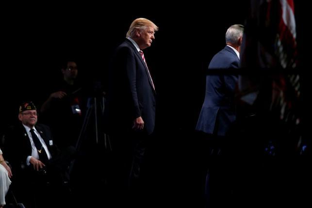 Trump edges ahead of Clinton in U.S. presidential race: Reuters/Ipsos poll