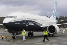 Члены наземной команды сопровождают Boeing 737 MAX по возвращении с летного испытания. Крупнейший в мире авиапроизводитель Boeing Co в среду отчитался об убытке, не дотянувшем до прогнозов аналитиков. REUTERS/Jason Redmond/File Photo