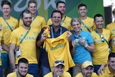 Prefeito do Rio, Eduardo Paes, posa para fotos com membros da delegação olímpica da Austrália. 27/07/2016  REUTERS/Edgard Garrido