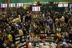 Oil traders work in the pit of the New York Mercantile Exchange in New York, U.S. on January 12, 2007.   REUTERS/Shannon Stapleton