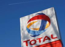 Total enregistre une baisse de ses résultats au deuxième trimestre, marqués par le recul des cours du pétrole et des marges de raffinage. /Photo d'archives/REUTERS/Stephen Hird