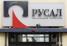 Офис Русала в Москве. Российский алюминиевый гигант Русал нарастил объём продаж металла в первом полугодии 2016 года на 5 процентов к прошлогоднему уровню благодаря запуску Богучанского алюминиевого завода, при этом средняя цена реализации рухнула на 24 процента, сообщила компания в четверг.   REUTERS/Denis Sinyakov