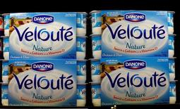 Danone, qui a annoncé une accélération de la progression de sa marge et de son chiffre d'affaires au premier semestre, gagne 2,91% vers 13h10, quand le CAC 40 recule de 0,13% à 4.441,36 points. /Photo d'archives/REUTERS/Eric Gaillard
