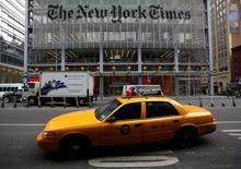 Le New York Times a publié jeudi sa deuxième perte trimestrielle consécutive, résultat d'une baisse de ses recettes publicitaires, mais le groupe de presse s'attend à un rebond des recettes publicitaires numériques lors du trimestre en cours. /Photo d'archives/REUTERS/Carlo Allegri