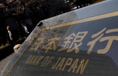 Вывеска перед штаб-квартирой Банка Японии в Токио.  Банк Японии расширил меры стимулирования в пятницу, удвоив объем покупки бумаг биржевых фондов (ETF) из-за давления со стороны правительства и финансовых рынков, но разочаровав инвесторов, которые ждали более решительных мер. REUTERS/Yuya Shino/File Photo