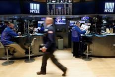 Wall Street évoluait sur une note irrégulière vendredi dans les premiers échanges, coincée d'une part entre une croissance nettement moins forte qu'attendue au deuxième trimestre et des résultats sensiblement inférieurs aux prévisions des géants du pétrole et, d'autre part, les bonnes performances trimestrielles de grands noms de la technologie. L'indice Dow Jones perd 34,45 points, soit 0,19%, à 18.423,75. /Photo prise le 19 juillet 2016/REUTERS/Brendan McDermid