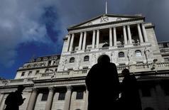 La Banque d'Angleterre (BoE) devrait annoncer jeudi qu'elle baisse ses taux d'intérêt pour la première fois depuis 2009 pour tenter d'atténuer les effets néfastes sur l'économie britannique du référendum du 23 juin. /Photo d'archives/REUTERS/Toby Melville