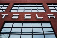 El logo de Tesla afuera de una concesionaria de la compañía en Nueva York, Estados Unidos. 29 de abril de 2016. Tesla Motors dijo que comprará la empresa de instalación de paneles solares SolarCity por 2.600 millones de dólares en acciones para crear una empresa única de energías limpias. REUTERS/Lucas Jackson/File Photo